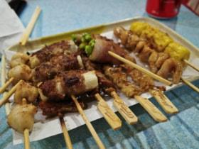 共度一燒:(左至加)墨魚嘴>五花腩>京蔥肥牛卷>雞腎串>雞皮串>煙肉蘆筍卷>泰式豬頸肉>燒賣
