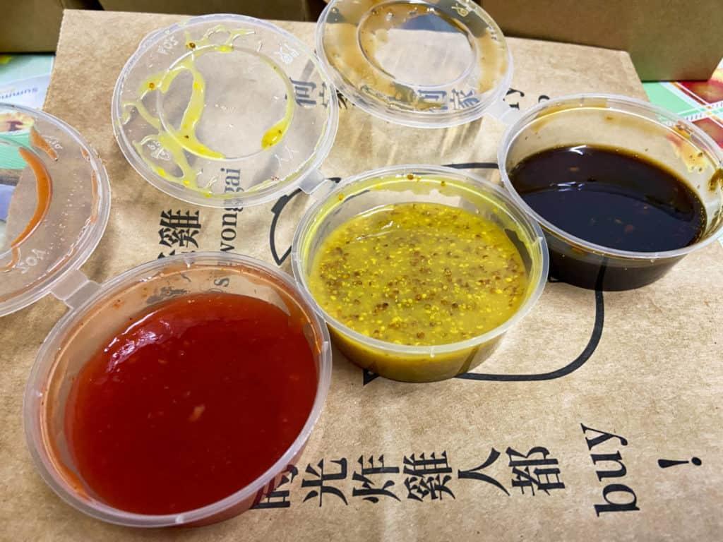 屯門黃店_時光雞_甜辣醬(左) 蜜糖芥末醬(中) 醬油(右)