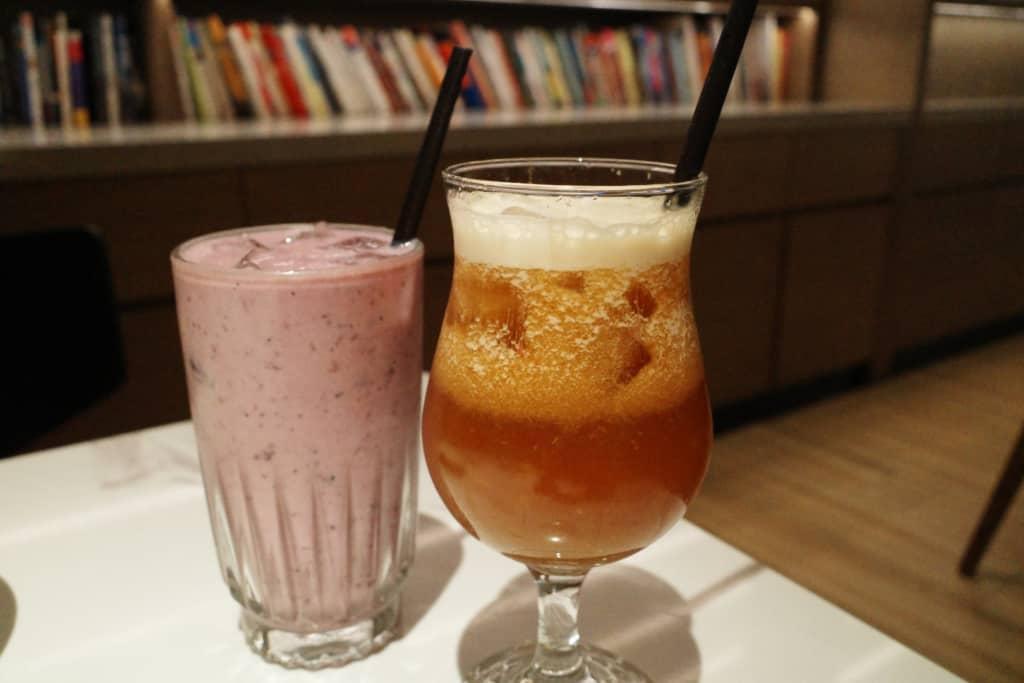 牧羊少年:藍莓奶酪(左) 蘋果蜜桃鮮打紅茶(右)