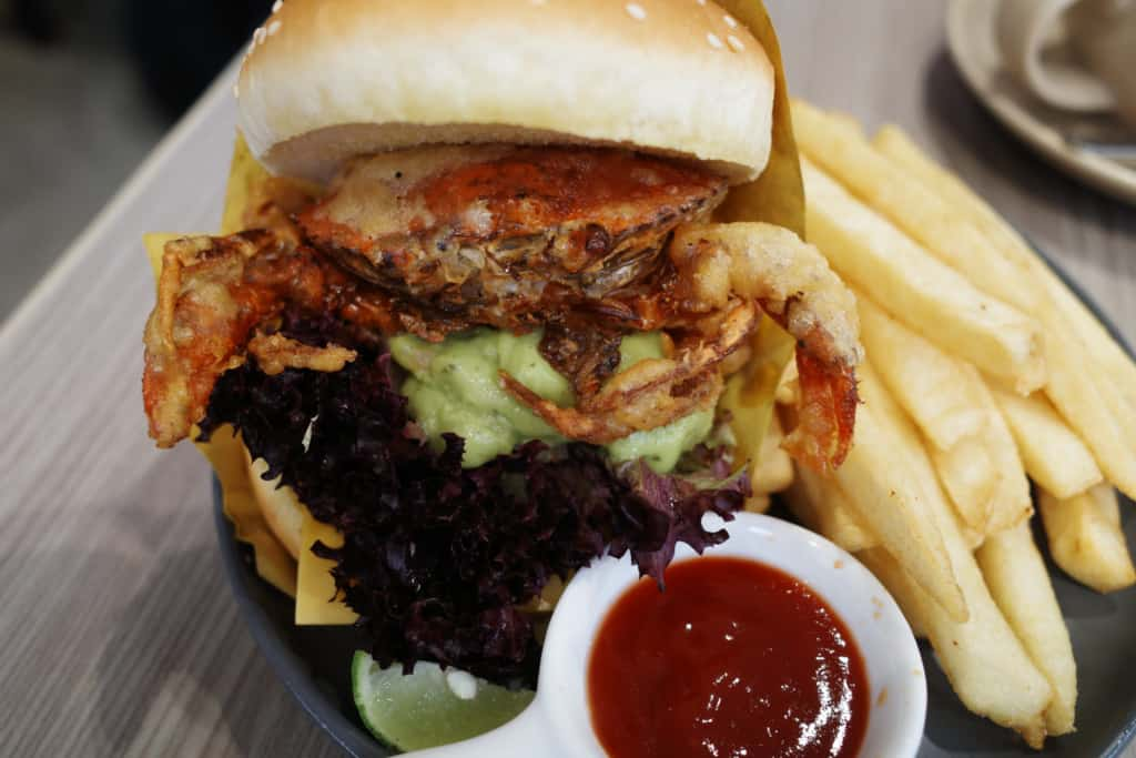 Diff Cafe: 牛油果醬軟殼蟹漢堡配薯條